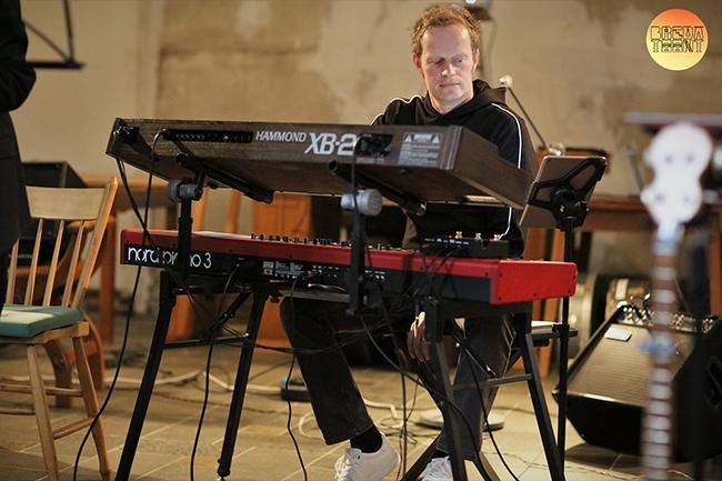 Koert Hommel tijdens cd presentatie Everything met de band Tik & Band