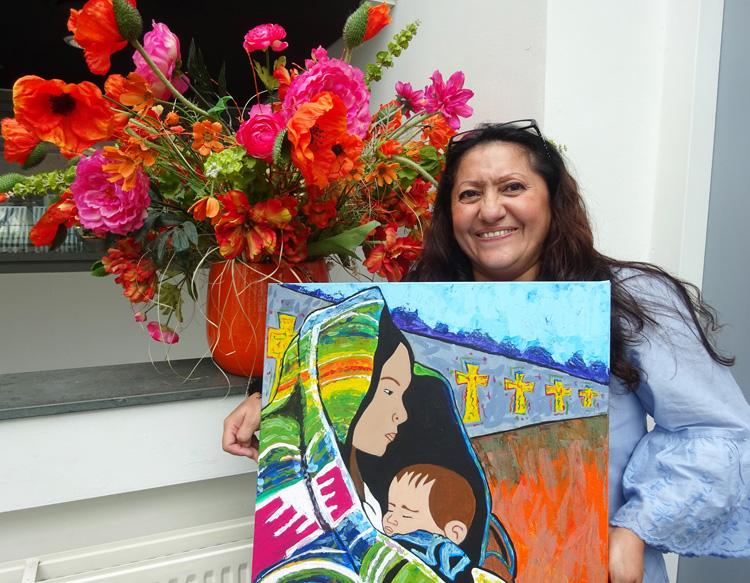 Dalia Margarita Aldana Gonzalez met haar winnende schilderij 'Muur van de ziel'